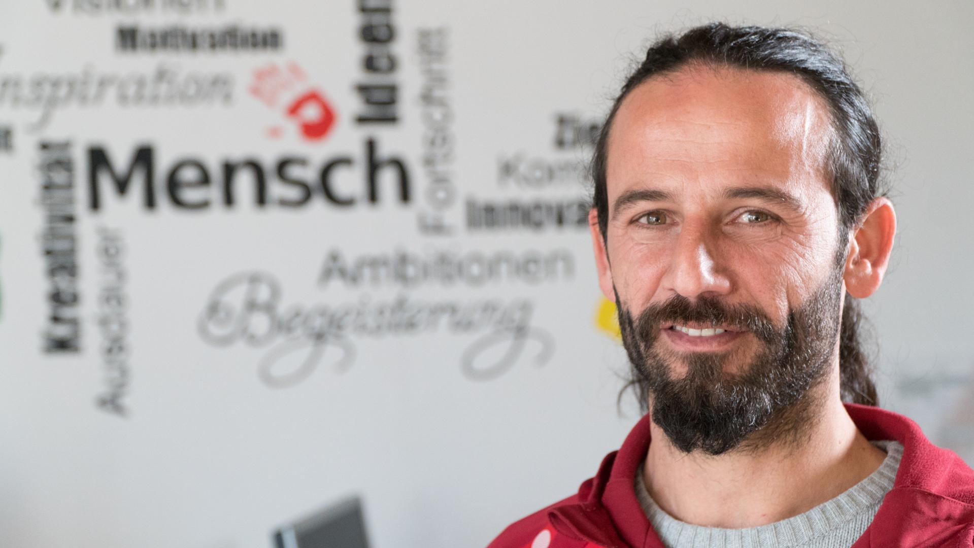 Nezam trainiert die erste Mannschaft das SV Aschenberg United.